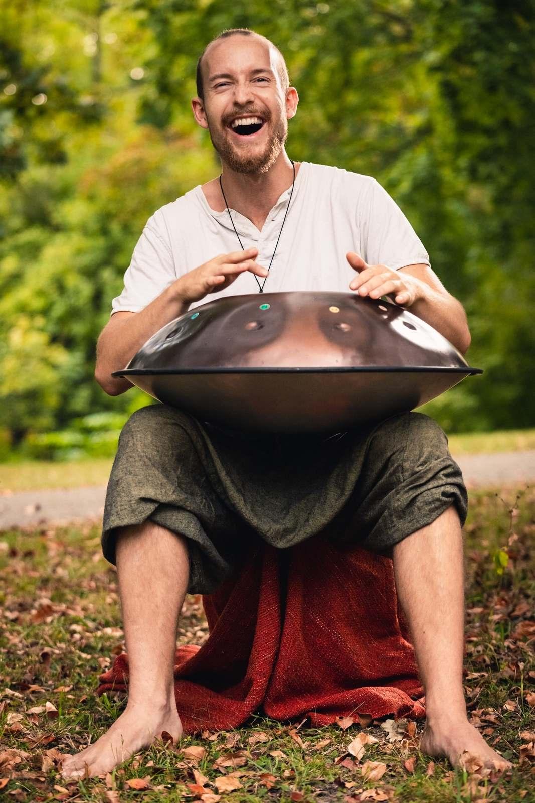 Handpan-Spieler Bert Schulze im Palmengarten Leipzig | Foto: Philipp Gaiko
